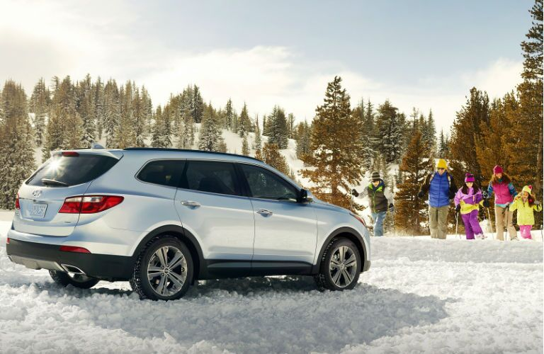 How does the 2016 Hyundai Santa Fe handle in the snow?