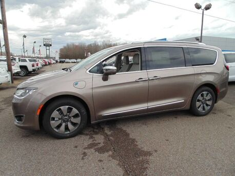 2018_Chrysler_Pacifica_Hybrid Limited_ Paris TN