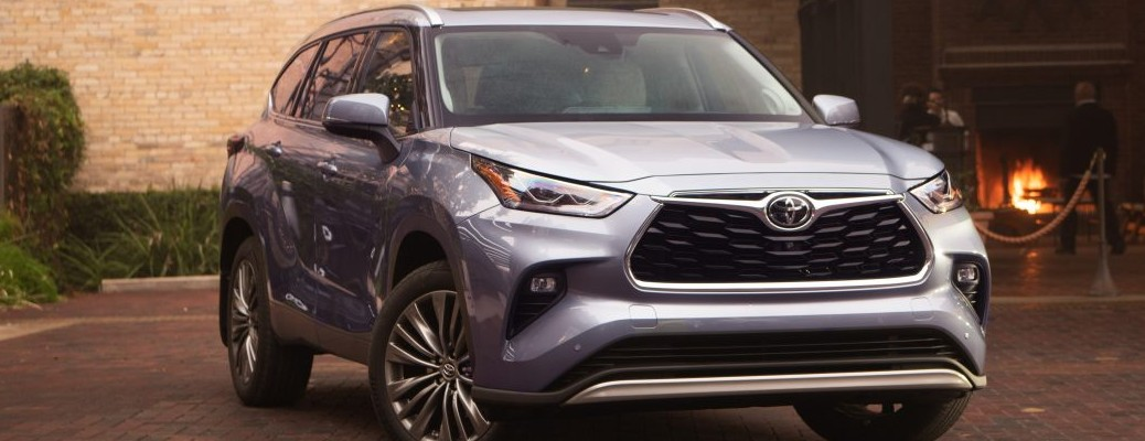 What performance features are available in the 2021 Toyota Highlander?