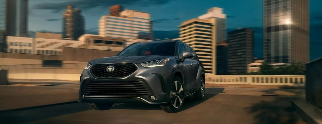 The 2022 Toyota Highlander with the buildings in the backdrop.