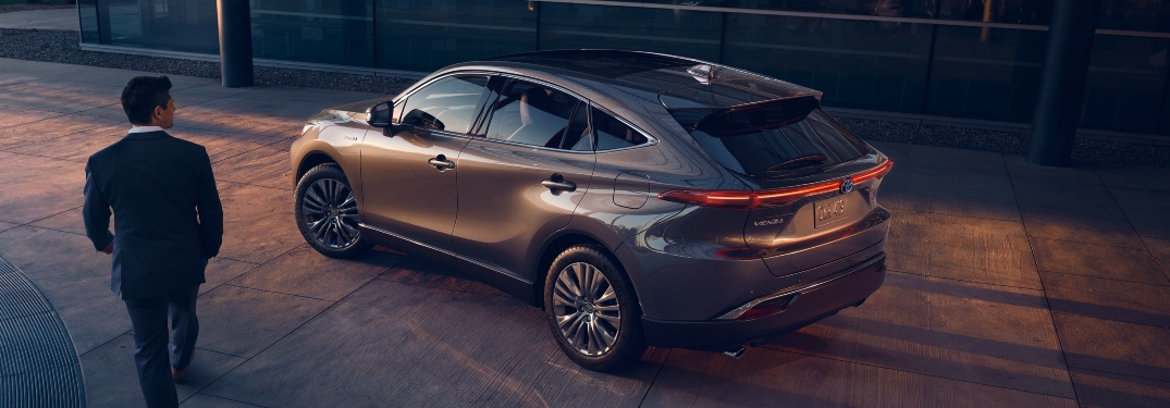 Which features are standard on the 2021 Venza?