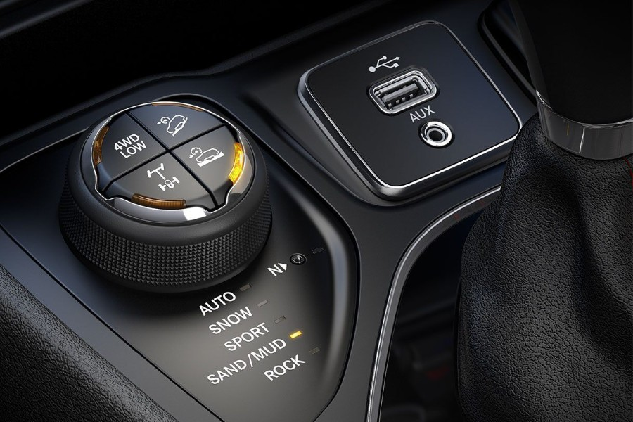 Close up of the media hub with the handling dial set to sand/mud in the 2019 Jeep Cherokee