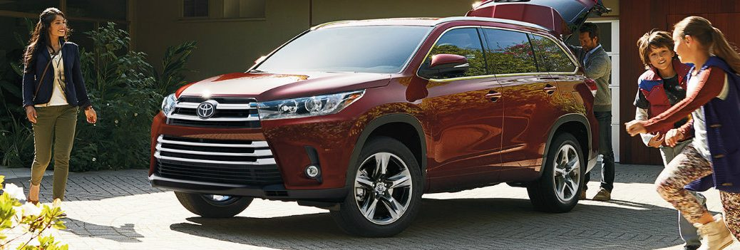2019 Toyota Highlander with a family coming by