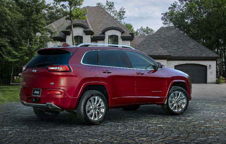 side view of the 2017 Jeep Cherokee Overland