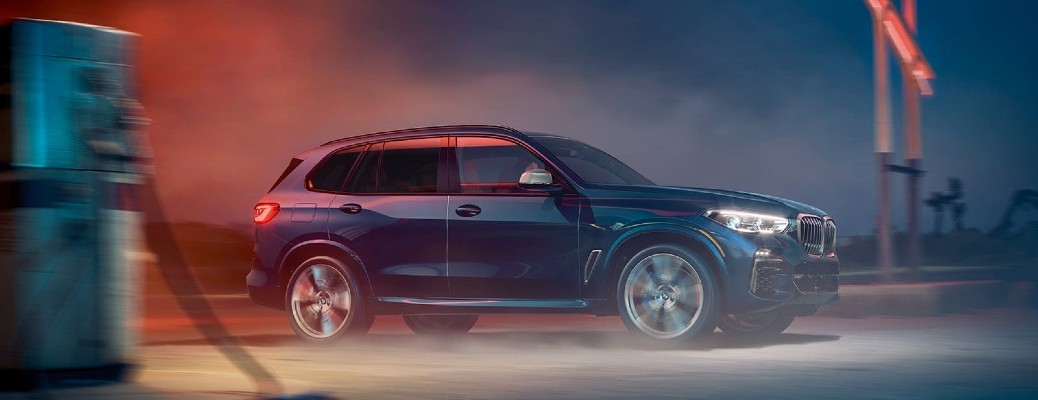 2021 BMW X5 exterior driving at night red light