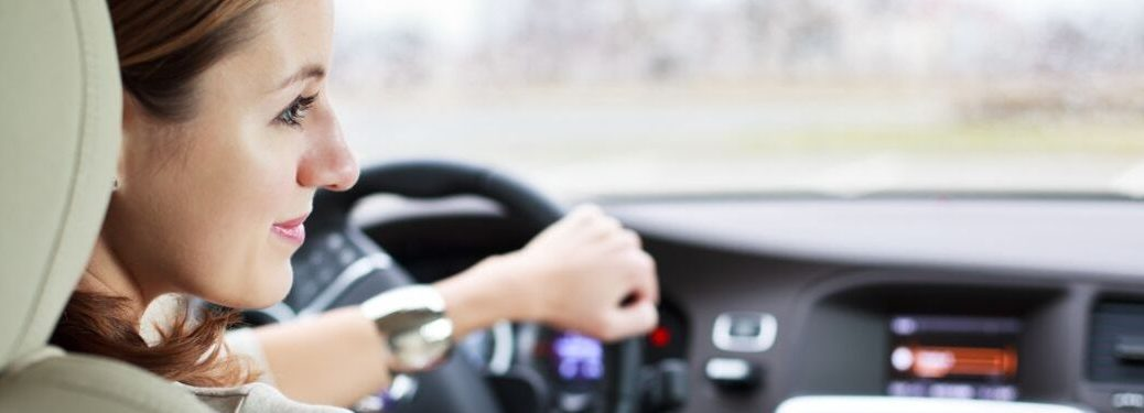 woman-driving-car-with-head-turned-to-the-right