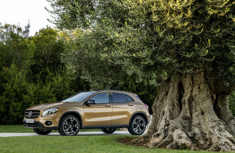 What colors does the Mercedes-Benz GLA come in?