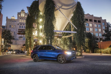 2020 MB GLE exterior front fascia passenger side in front of trees in city