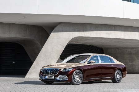 2021 MB S-Class exterior front fascia driver side in front of concrete building