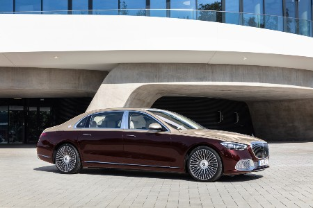 2021 MB S-Class exterior front fascia passenger side in front of concrete building