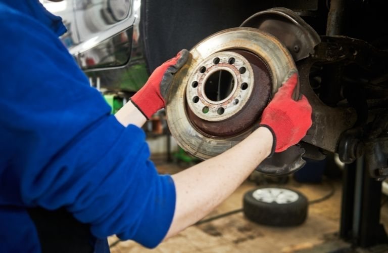 Automobile brake pads replacement by a mechanic