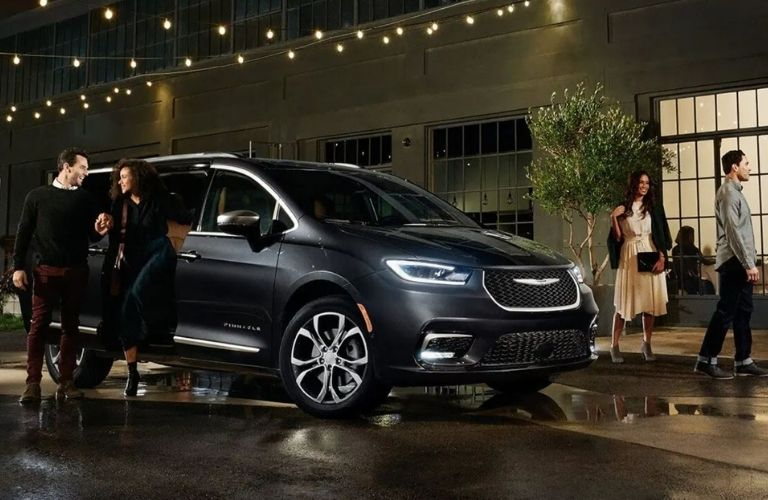 2021 Chrysler Pacifica side view with people around