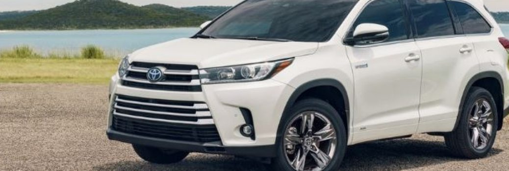 white 2019 toyota highlander outside