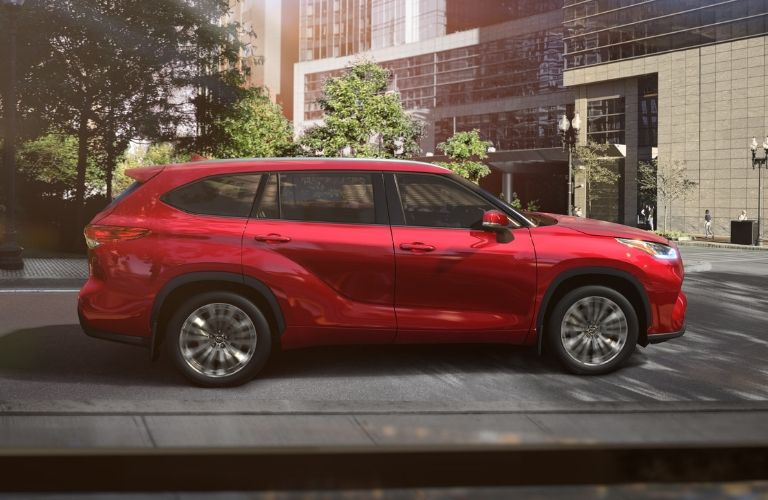 side-profile-of-2020-Toyota-Highlander-in-Ruby-Flair-Pearl