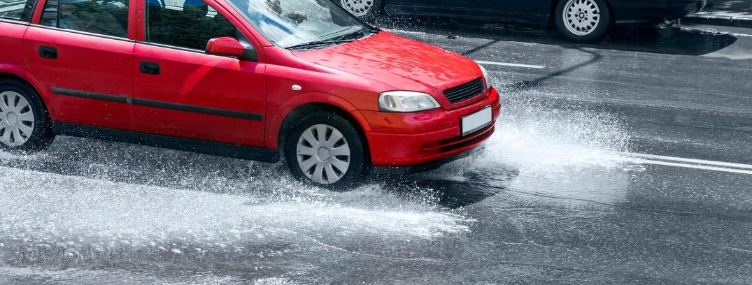 Driving in poor weather conditions: Hydroplaning