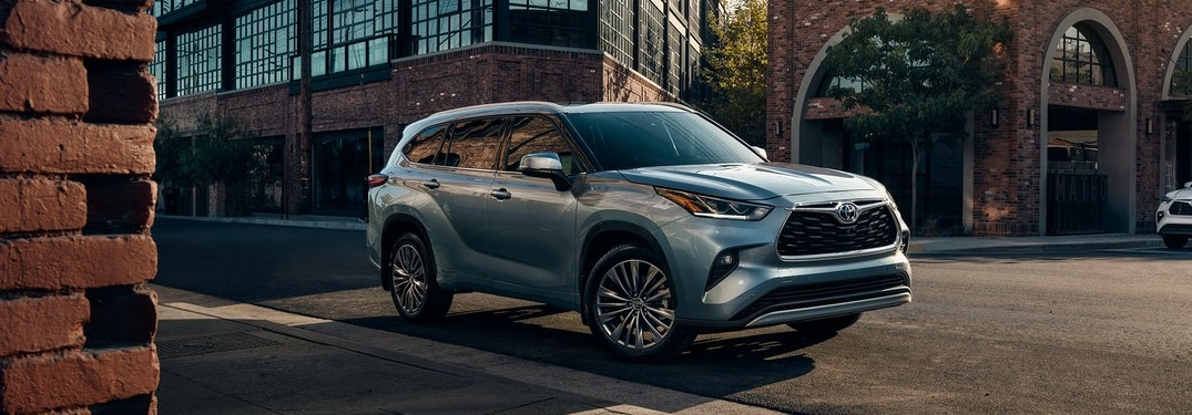 What kind of entertainment and safety technology is in the 2021 Highlander?