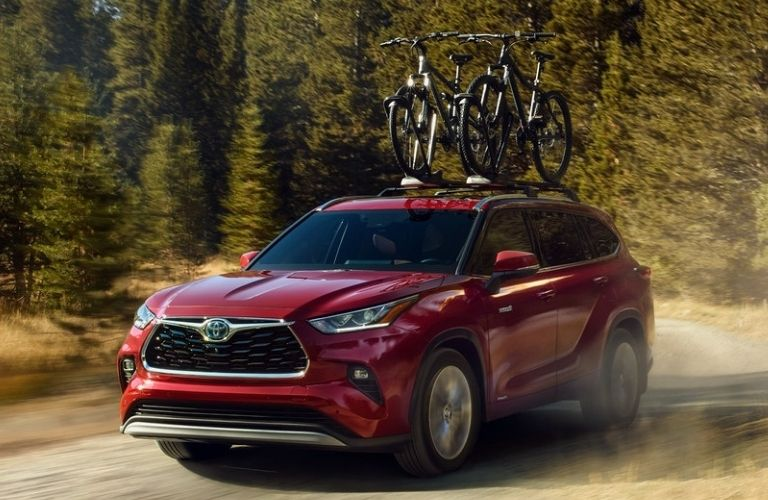 2021 Toyota Highlander carrying two bicycles on its roof