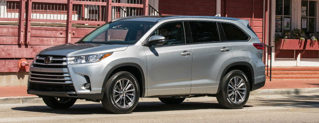 Silver 2017 Toyota Highlander XLE in front of a house