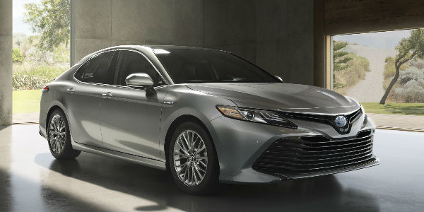 Silver 2018 Toyota Camry XLE Hybrid Front Exterior in Garage