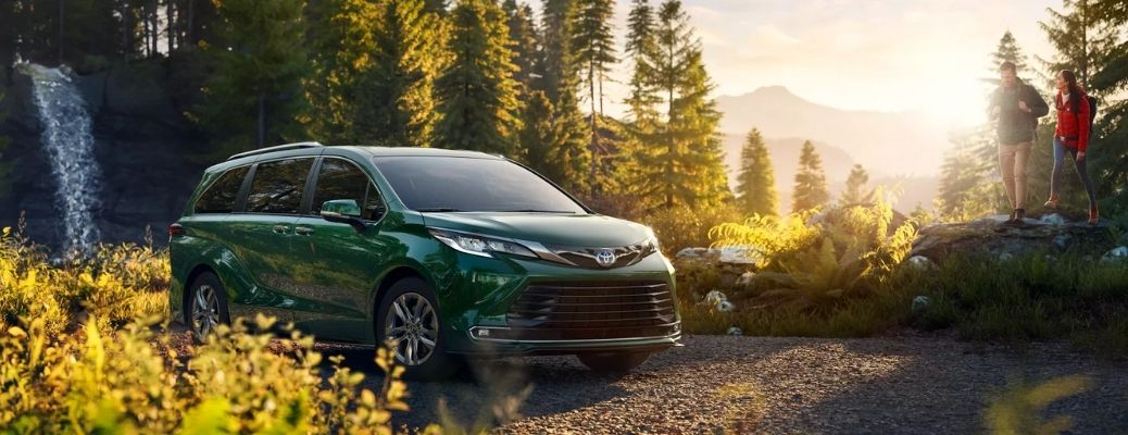 Green 2022 Toyota Sienna under the sun. What are the performance ratings?