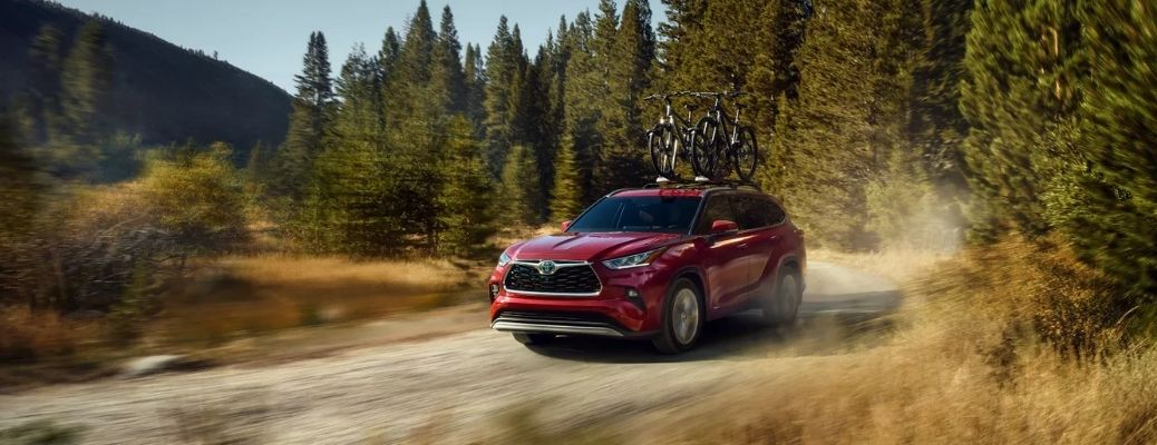 Red 2022 Toyota Highlander carrying two bikes. What are the performance ratings?