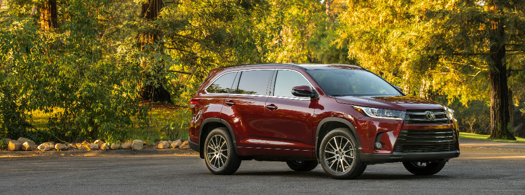What are the paint color options for the 2017 Toyota Highlander?