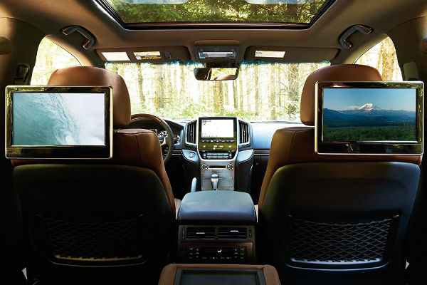 Tech features inside the 2016 Toyota Land Cruiser