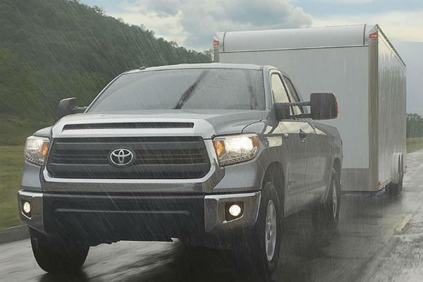 What determines the towing rating in the Toyota Tundra?