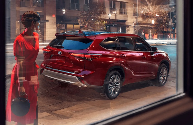 2021 Toyota Highlander Hybrid parked on the side of the road