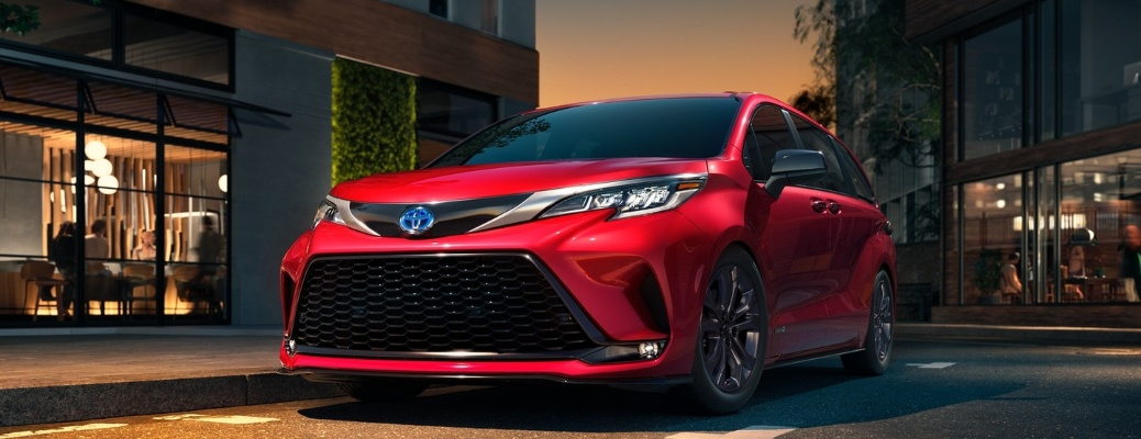 2021 Toyota Sienna going past stores