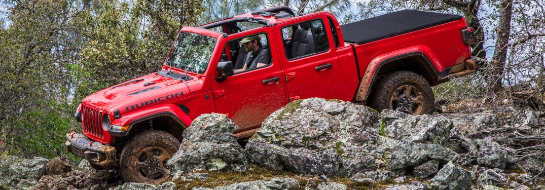 What roof comes standard on the 2020 Gladiator?