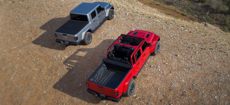2020 Jeep Gladiator tonneau silver and red cover on and tonneau cover off top view