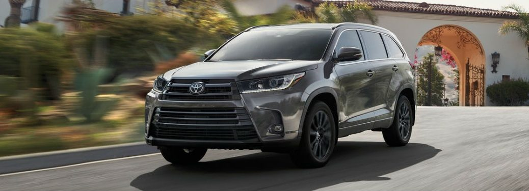 Front driver side exterior view of a gray 2019 Toyota Highlander