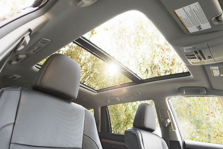Looking-out-he-dual-sun-roof-of-the-2018-Toyota-Highlander