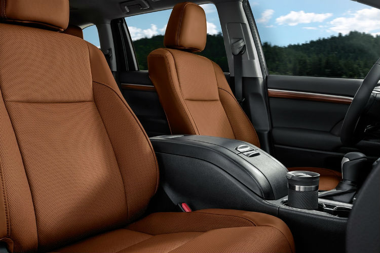 Side-view-of-drivers-seat-in-the-2018-Toyota-Highlander