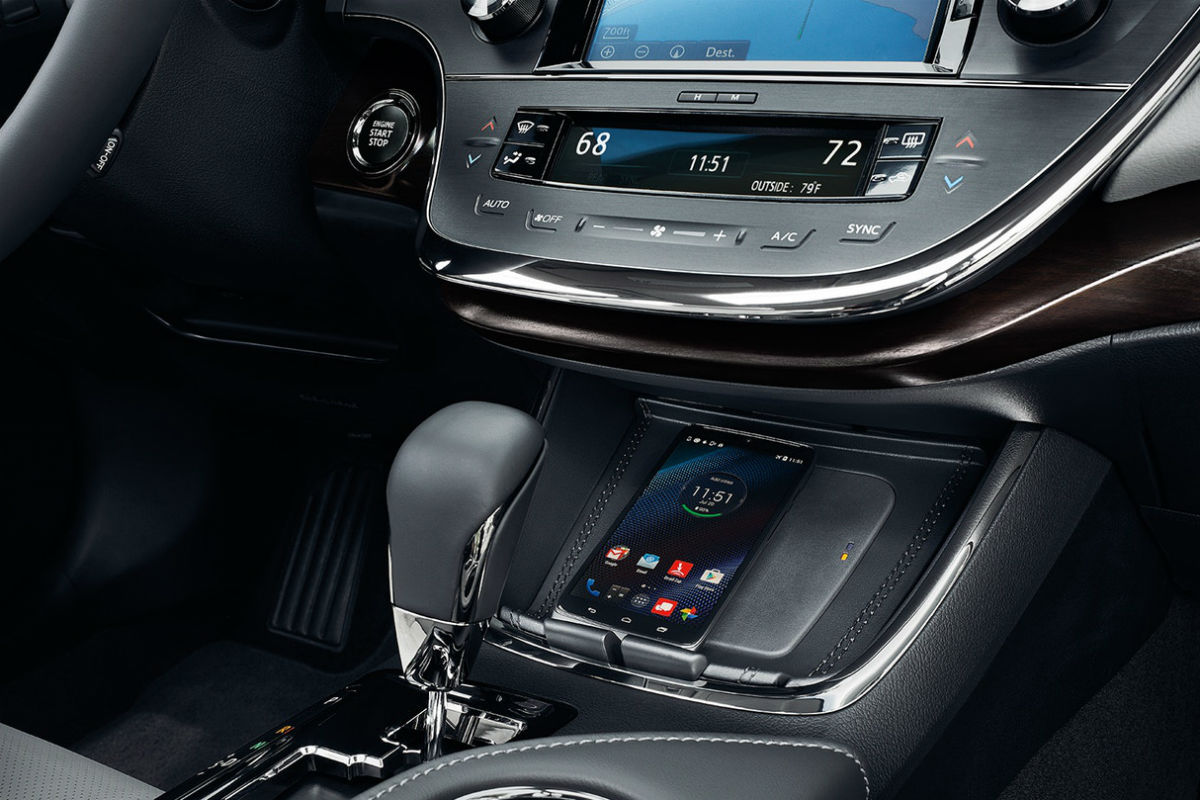 Shift knob and wireless charging station of the 2018 Toyota Avalon
