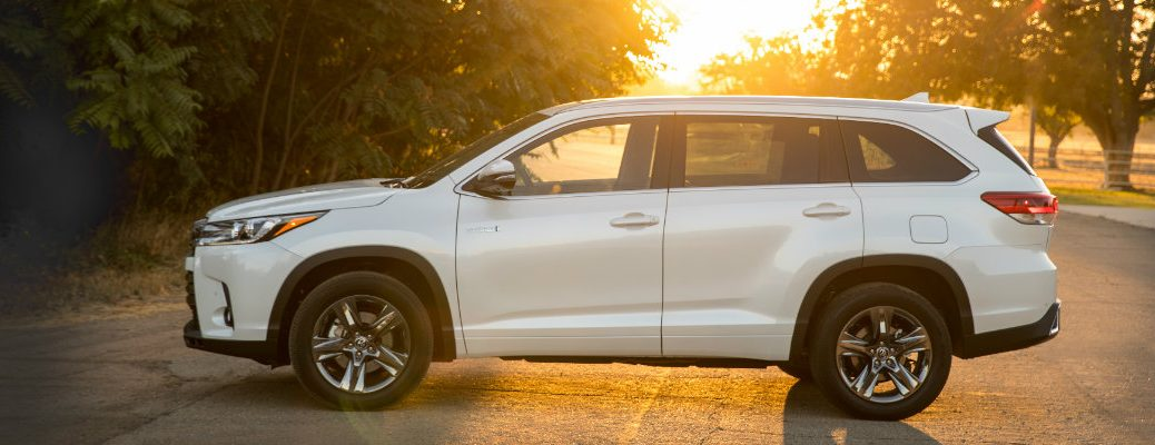 2018 Toyota Highlander Hybrid in the setting sun