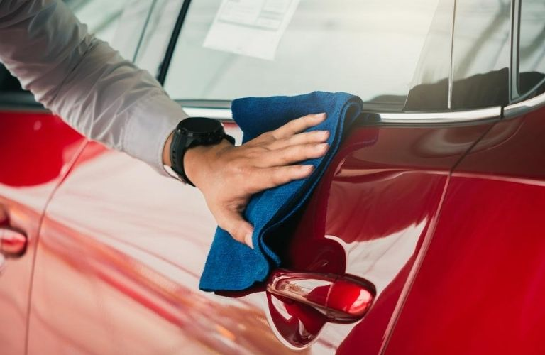 Cleaning the door of a vehicle