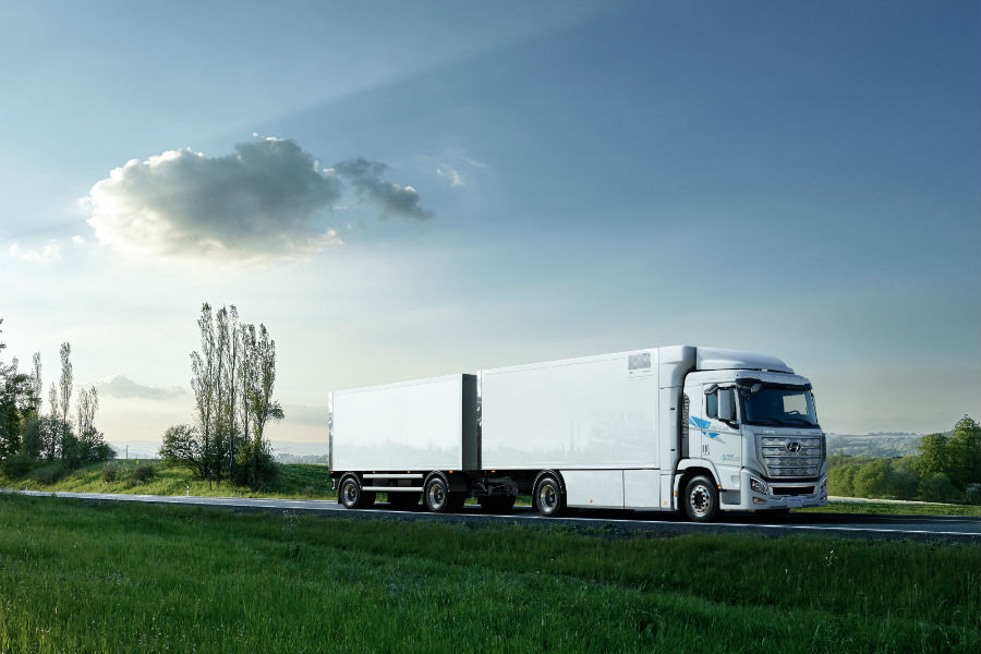 Worlds First Fuel Cell Heavy-Duty Truck Hyundai XCIENT Fuel Cell Heads to Europe for Commercial Use Exterior Profile