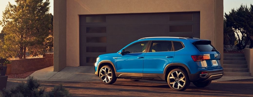 Which among the 2022 Volkswagen Taos and 2021 Volkswagen ID.4 has more cargo volume?