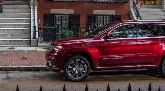 2021 Jeep Grand Cherokee exterior driver side in front of building