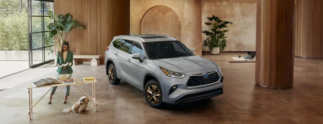 Front view of 2022 Toyota Highlander parked inside a house. What are the engine specifications?