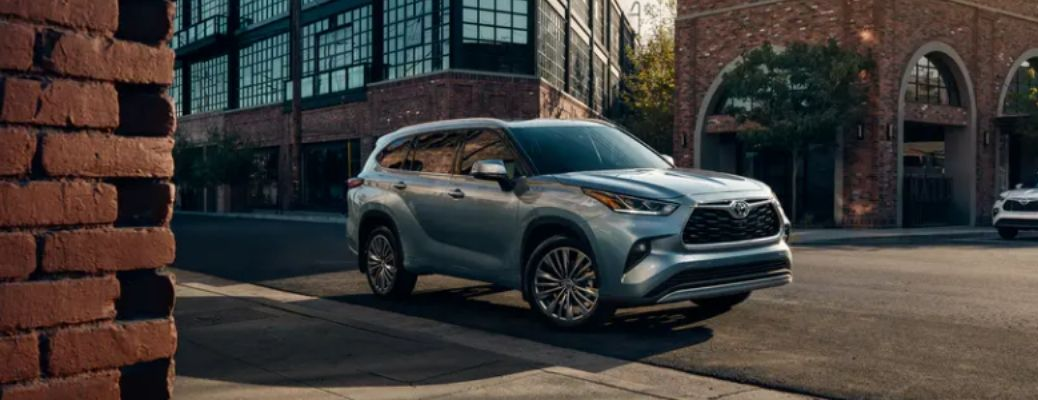 2021 Toyota Highlander in a road. What are the engine specifications of the 2021 Toyota Highlander
