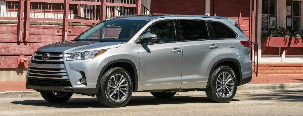 Silver 2017 Toyota Highlander Xle In Front Of Building