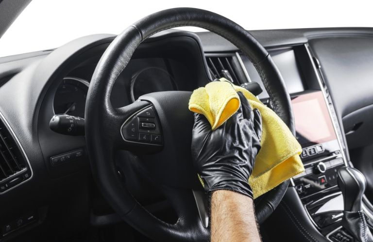 Cleaning the steering wheel of a vehicle