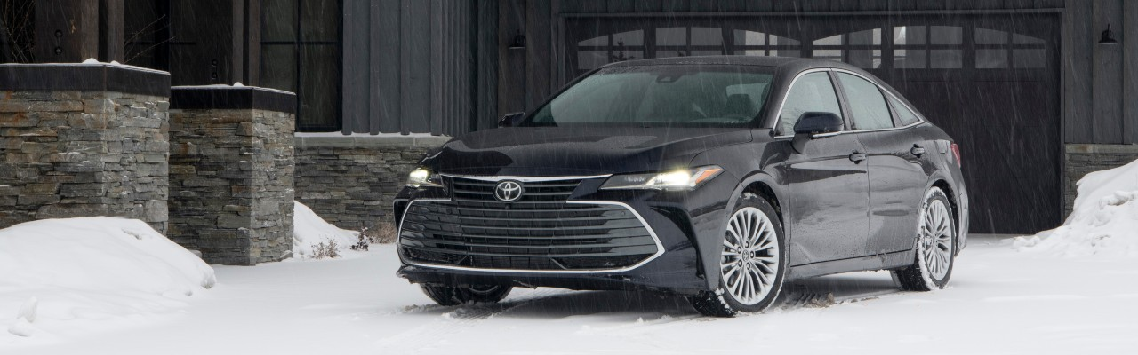 What performance features come with the 2021 Toyota Avalon?