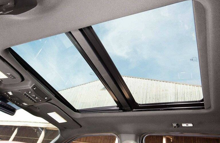 Panoramic dual-pane sunroof of 2019 Ford Super Duty F-350 Limited