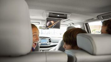 Available rear-seat Blu-ray Disc ™ entertainment system