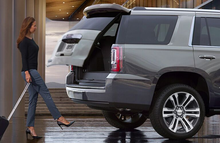 2020 GMC Yukon motion activated tailgate in use