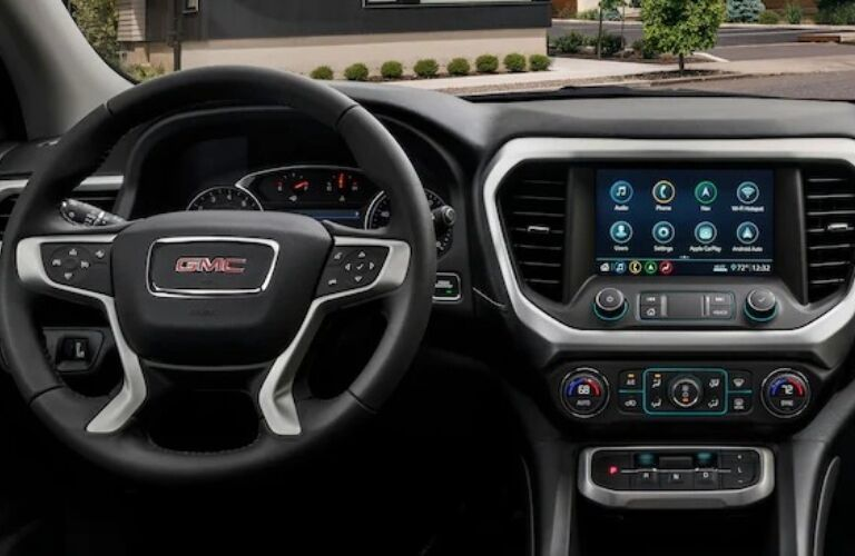 2020 GMC Acadia wheel and infotainment system